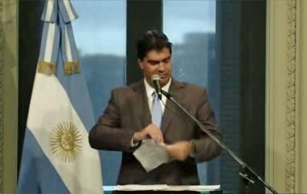 O chefe de gabinete Capitanich rasga página de 'El Clarín' (Foto: Divulgação/Casa Rosada)