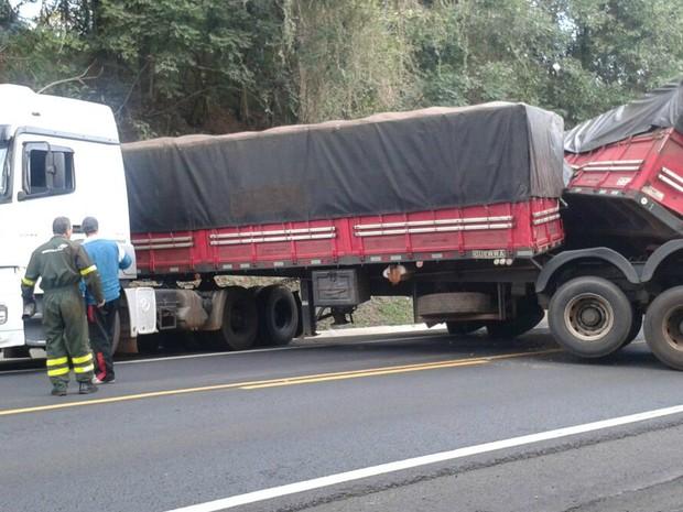 Carreta ficou atravessada na pista e foi retirada pela concessionária (Foto: Divulgação/PRF)