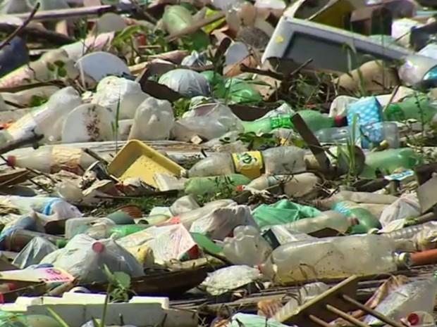 Lixo acumulado nos três rios da Região Metropolitana de Porto Alegre (Foto: Reprodução/RBS TV)