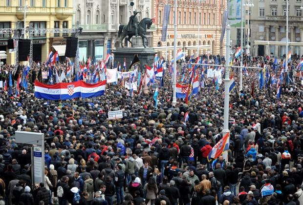 Milhares se reúnem em Zagreb em protesto contra uso do alfabeto cirílico (Foto: AFP)