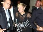 Miley Cyrus usa camisão transparente em boate