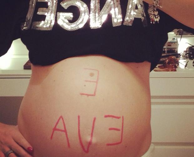 Que fofo! Angélica escreve na barriga de grávida (Foto: Arquivo Pessoal)