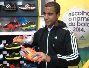 Lucas São Paulo nome da bola (Foto: Marcos Guerra/Globoesporte.com)