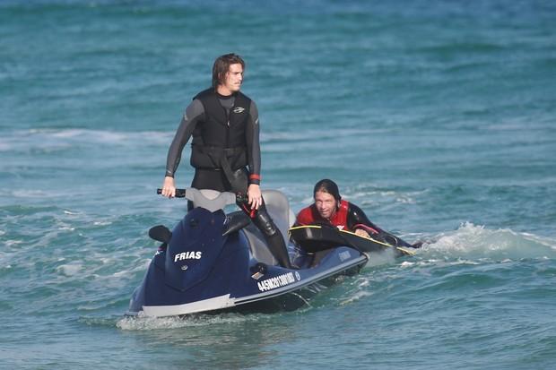 Romulo Arantes Neto e Mario Frias praticam Tow-win na praia da Barra (Foto: Dilson Silva / AgNews)