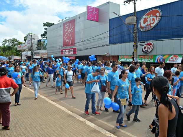 Passeata passou por uma das principais ruas do Centro de Rio Branco, Getúlio Vargas, e terminou na Aleac (Foto: Aline Nascimento/G1)