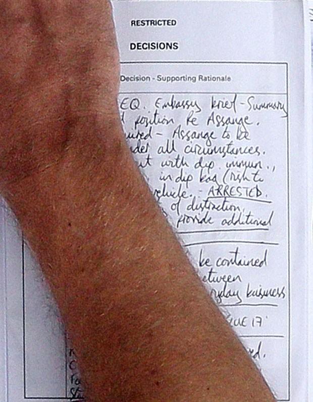 Plano da polícia britânica para prender Julian Assange sfoi revelado pela imprensa. (Foto: Lewis Whyld/PA/AP)