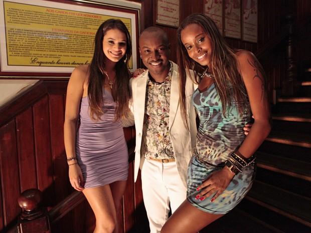 Bruna e Roberta fazem questão de posar ao lado de Thiaguinho (Foto: Salve Jorge/TV Globo)