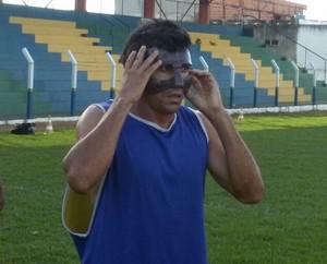 Lourival usa máscara de proteção depois de fratura no nariz (Foto: Wilton Dias/TV Anhanguera)
