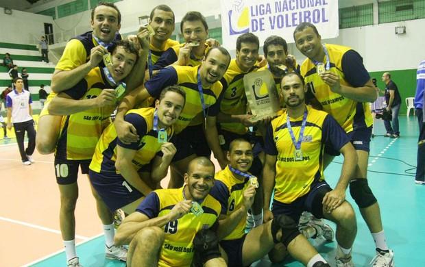 Jogadores exibem medalhas conquistadas em Chapecó (SC) (Foto: Divulgação / CBV)