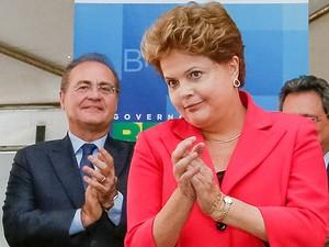 A presidente Dilma Rousseff e o presidente do Senado, Renan Calheiros, durante cerimônia de sanção da MP 615 no núcleo de apoio aos taxistas (Foto: Roberto Stuckert Filho/PR)