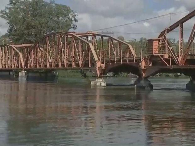 Ponte Campos Salles, que liga Barra Bonita a Igaraçu do Tietê, foi interditada (Foto: TV TEM/Reprodução)