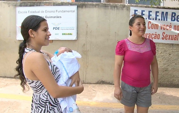 Jovem leva filho para local de prova do Enem, em Cacoal (Foto: Rondônia TV)