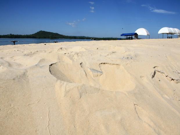 As areias finas e brancas confortam os pés dos visitantes da praia Murici, em Xambioá (Foto: Emerson Silva/Adtur)