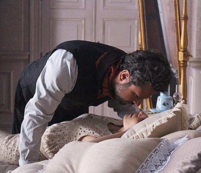 Mariana se deita na cama e Augusto se aproxima da boca da jovem (Foto: Evellyn Pacheco/Gshow)