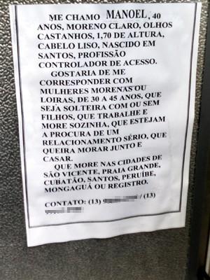 Morador de São Vicente criou cartazes para tentar achar namorada (Foto: Ivair Vieira Jr / G1)