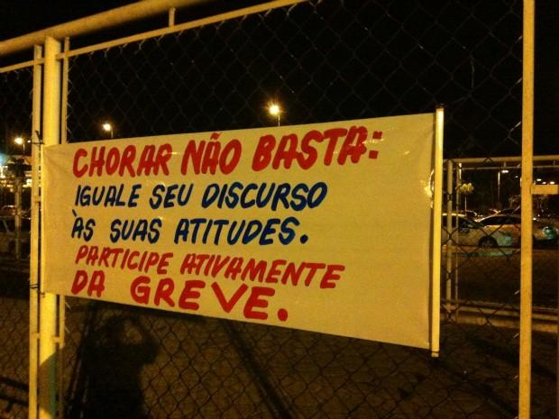 Aeroportuários pregaram cartazes com frases de ordem no muro do Aeroporto de Manaus (Foto: Marcos Dantas/G1 AM)