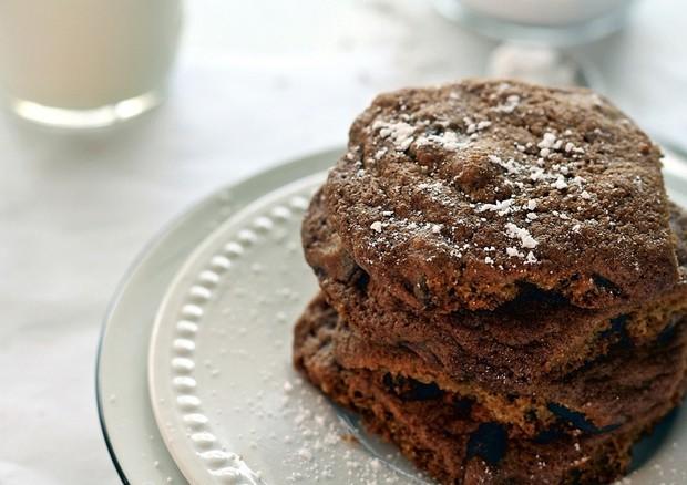 Bolo fit de chocolate leva 6 ingredientes e fica pronto em 10 minutos
