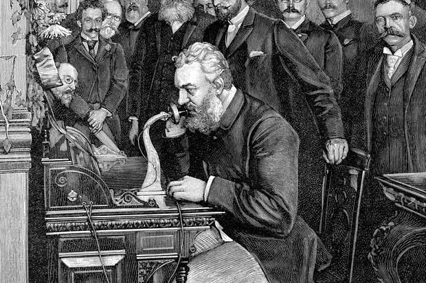 Alexander Graham Bell testando o telefone (Foto: Thinkstock)