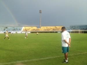 Técnico Neto do Tocantinópolis observa jogadores em treino coletivo no estádio Nilton Santos em Palmas (Foto: Camila Rodrigues/GloboEsporte.com)