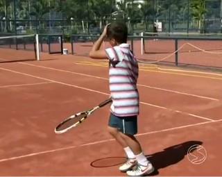 Aulas de tênis traz populariedade ao esporte (Foto: RJTV 2ª Edição)