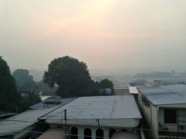 Queimadas na região regaram 'nuvem' de fumaça (Foto: Adneison Severiano/G1 AM)