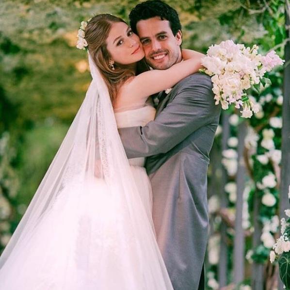 """Marina Ruy Barbosa e Xandy Negrã posam abraçados após o """"sim"""" (Foto: Reprodução/Instagram)"""