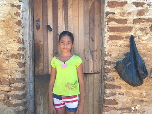 Ana Milena, estudante de Serra Branca, lamenta sobre a falta da cisterna e do banheiro na casa dela (Foto: Diogo Almeida/G1)