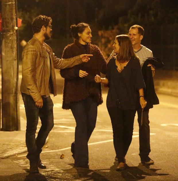 José Loreto e Débora Nascimento deixam restaurante na companhia de amigos (Foto: AgNews)