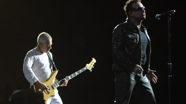 Bono e Adam Clayton, do U2, se apresentam no Morumbi (Foto: Flavio Moraes/G1)