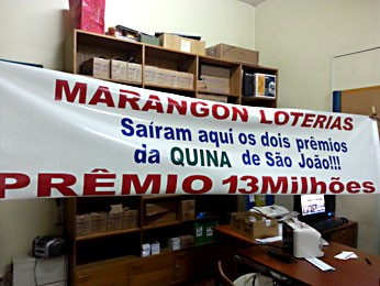 Faixa divulgando que duas apostas premiadas foram feitas em uma lotérica de Taguatinga (Foto: Maria de Lourdes Pereira de Souza/Divulgação)