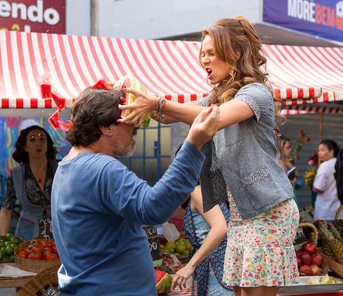 Tancinha enfia uma melância na cabeça do freguês assanhado! (Foto: Fabiano Battaglin/Gshow)