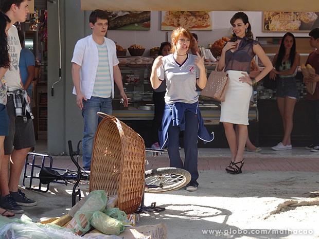 Giovana dá showzinho no meio da rua, e Luciana aproveita a situação (Foto: Malhação / TV Globo)