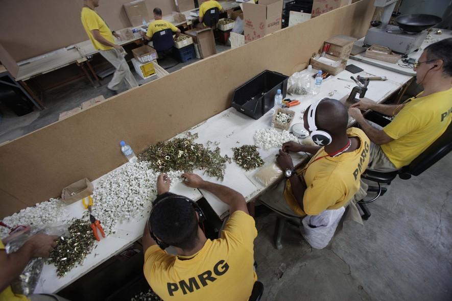Além das empresas terceirizadas, como a de componentes eletrônicos, os presos podem trabalhar no refeitório, na horta, no apiário, na jardinagem ou no lava rápido que atende os visitantes
