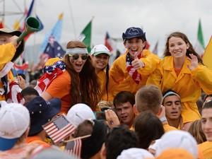Norte-americanos posma para foto no primeiro dia da JMJ no Rio de Janeiro (Foto: Tasso Marcelo/AFP)