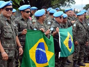 Militares se despedem de familiares em base do Exército no Aeroporto de Guarulhos (Foto: Lana Torres/G1)