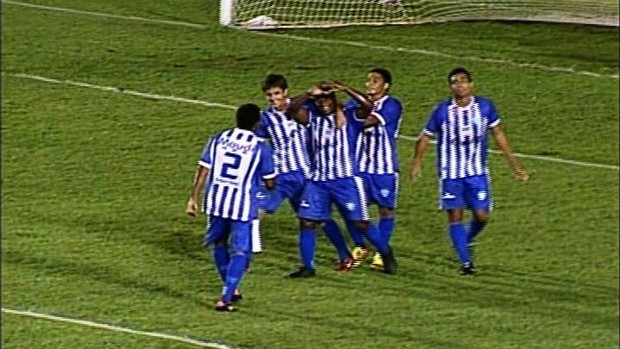 Henrique comemora seu gol pelo Crac (Foto: Reprodução/TV Anhanguera)
