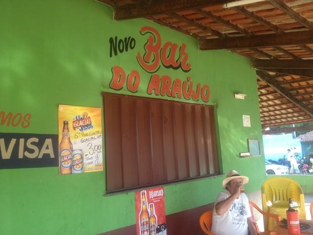 Letreiros com o nome Novo Bar do Araújo foi colocado neste sábado (6) (Foto: Jesana de Jesus/G1)