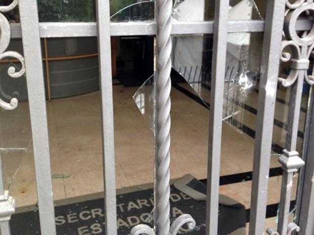 Vidro de porta da Secretaria de Estado da Educação é quebrado por professores em greve em SP (Foto: Roney Domingos/G1)