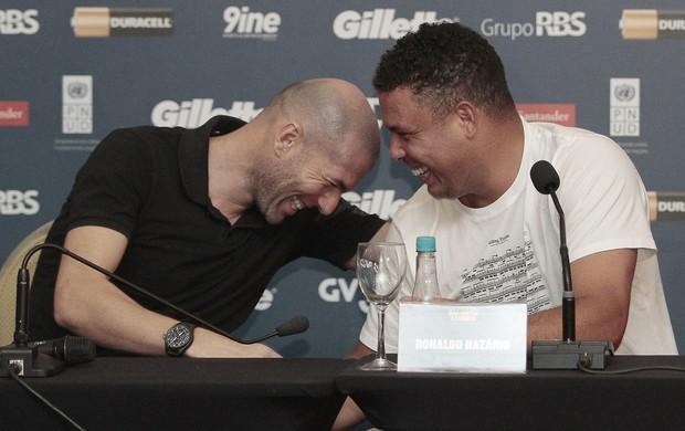 Ronaldo e Zidane estarão no Jogo Contra a Pobreza hoje em Porto Alegre (Foto: EFE)