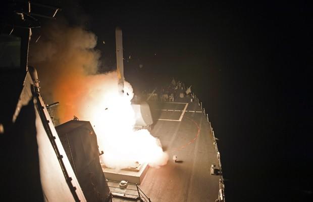 Imagem divulgada pela Marinha americana mostra o lançamento de um míssil no Golfo Pérsico, nesta terça (23) (Foto: AP)