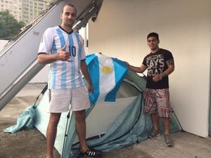 Manuel e Juan dormem em barraca de camping no Terreirão do Samba (Foto: Janaína Carvalho / G1)
