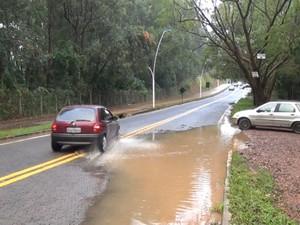Imprudência no trânsito em rodovia de Valinhos, SP (Foto: Reprodução/ EPTV)