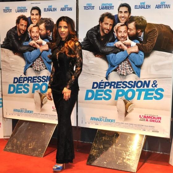 Gyselle posa em frente ao cartaz de um dos filmes em que atuou na França  (Foto: Divulgação)