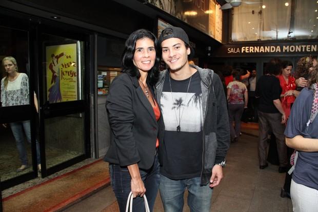 """Arthur Aguiar com a mãe na estreia de """"Ciranda"""" (Foto: Thyago Andrade / Foto Rio News)"""