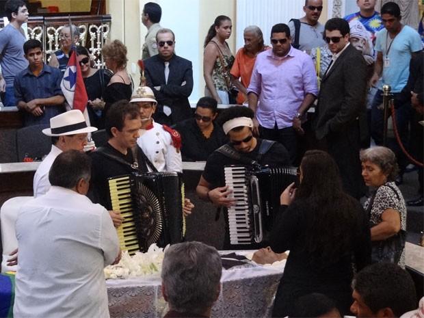 Sanfoneiros fazem homenagem ao mestre (Foto: Katherine Coutinho/G1)