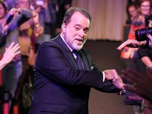Emocionado, Tony Ramos foi aplaudido pelo público em Gramado (RS) (Foto: Edison Vara/Pressphoto)