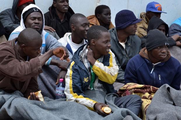 Migrantes ilegais são atendidos na cidade portuária de Zarzis, na Tunísia, em 25 de abril, depois que eles foram resgatados por pescadores quando o barco em que estavam teve problemas na viagem da Líbia até a Europa (Foto: Fethi Nasri/AFP)