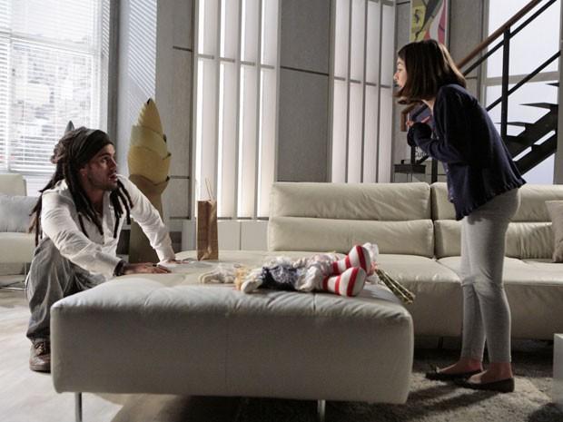 Paulinha briga com o hippie - que parece mais criança do que ela (Foto: Amor à Vida/TV Globo)