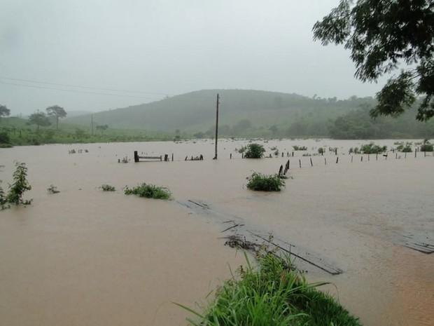 Ate o momento choveu o equivalente a 170 milímetros provocando a enchente do rio Areão que corta a cidade. (Foto: Jota Reis e Devanir Dias)