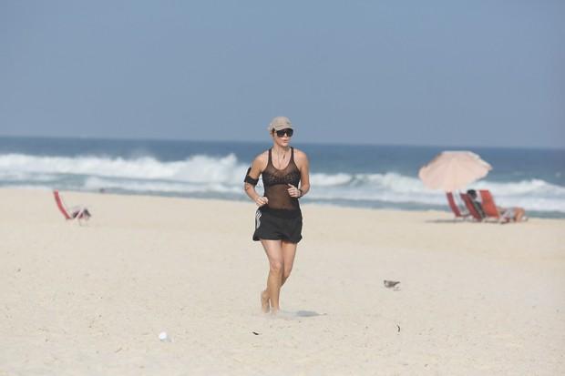 Christine Fernandes corre na praia (Foto: Dilson Silva / Agnews)